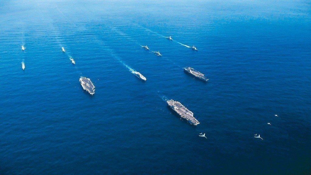 圖為美與日在西太平洋聯合軍演。 路透