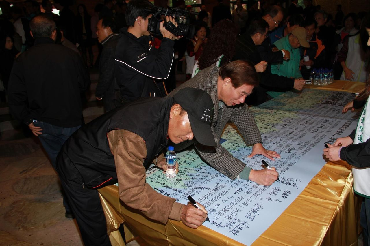 民眾踴躍連署支持東部鐵路快速化,要求中央編列北宜直線鐵路建設經費。圖/聯合報系資...
