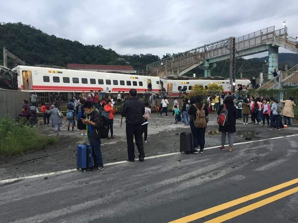 普悠瑪列車翻覆,遊客倉皇拖著行李逃出扭曲變形的車廂。圖/讀者陳志明提供