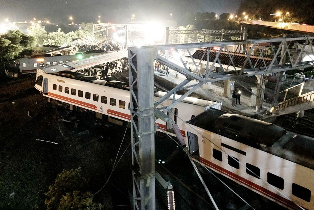 普悠瑪列車翻覆後,台鐵工程人員漏夜搶修。圖/台鐵提供