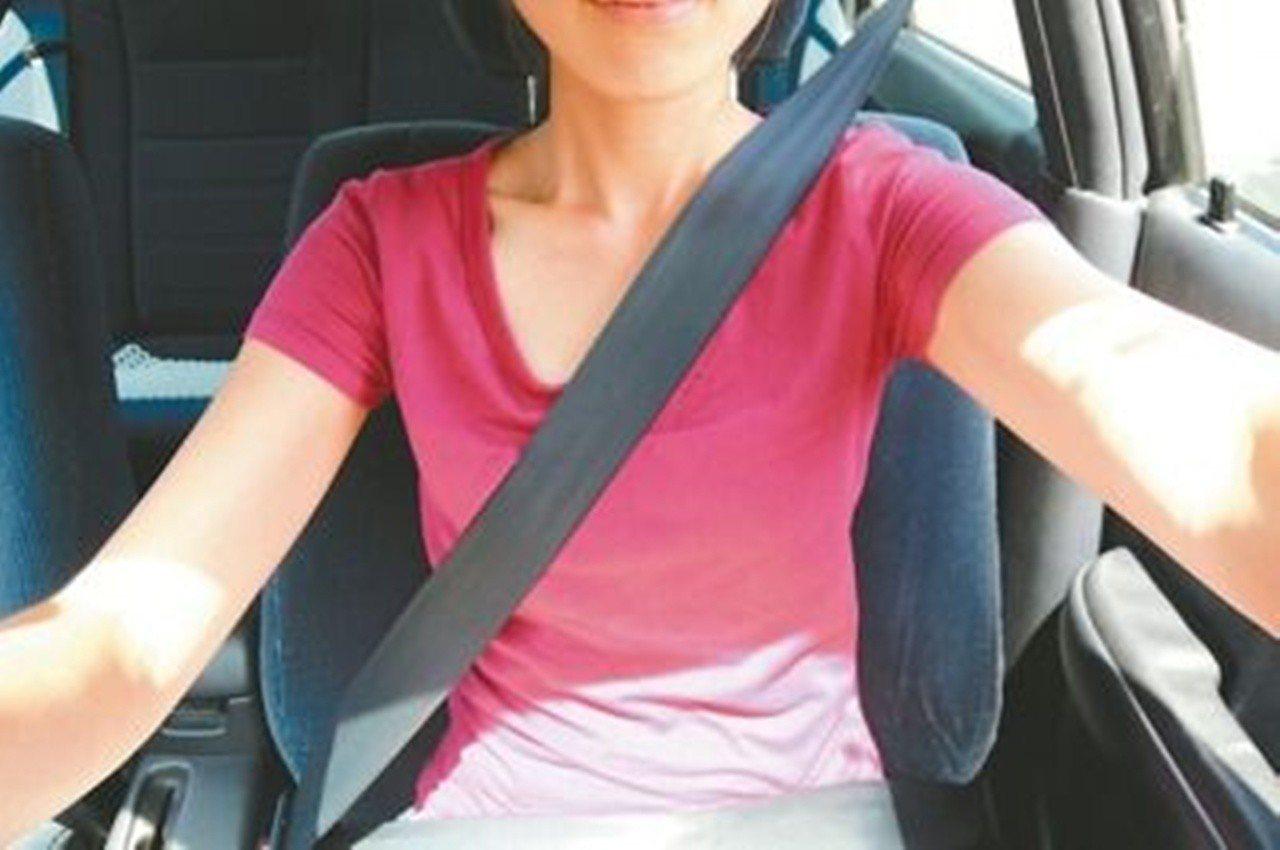 自小客車使用「三點式安全帶」,當汽車急煞,人體不會有太大晃動。 圖/聯合報系資料...