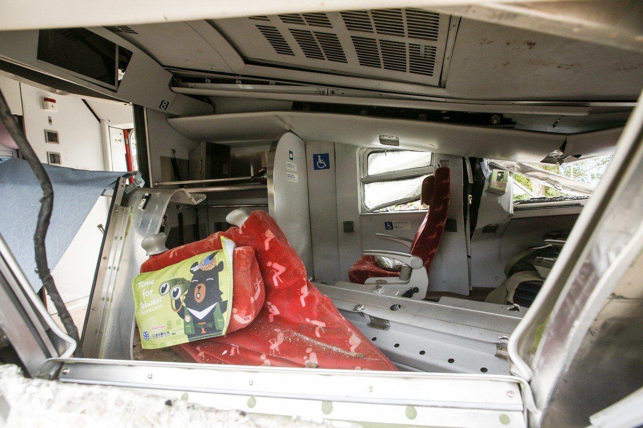 普悠瑪列車受損最嚴重的第八節車廂,可見車體扭曲,內部座椅變形。 記者鄭超文/攝影