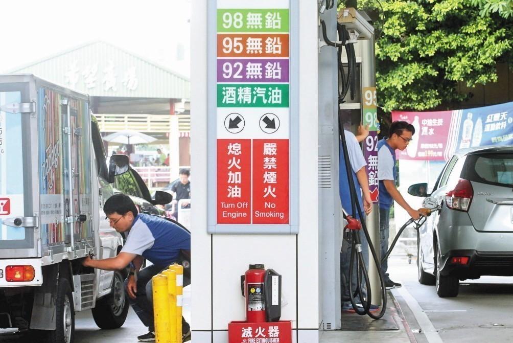 中油日前爆出95無鉛汽油不合標準,並釋出「退一送一」的補償方案。示意圖/聯合報系...
