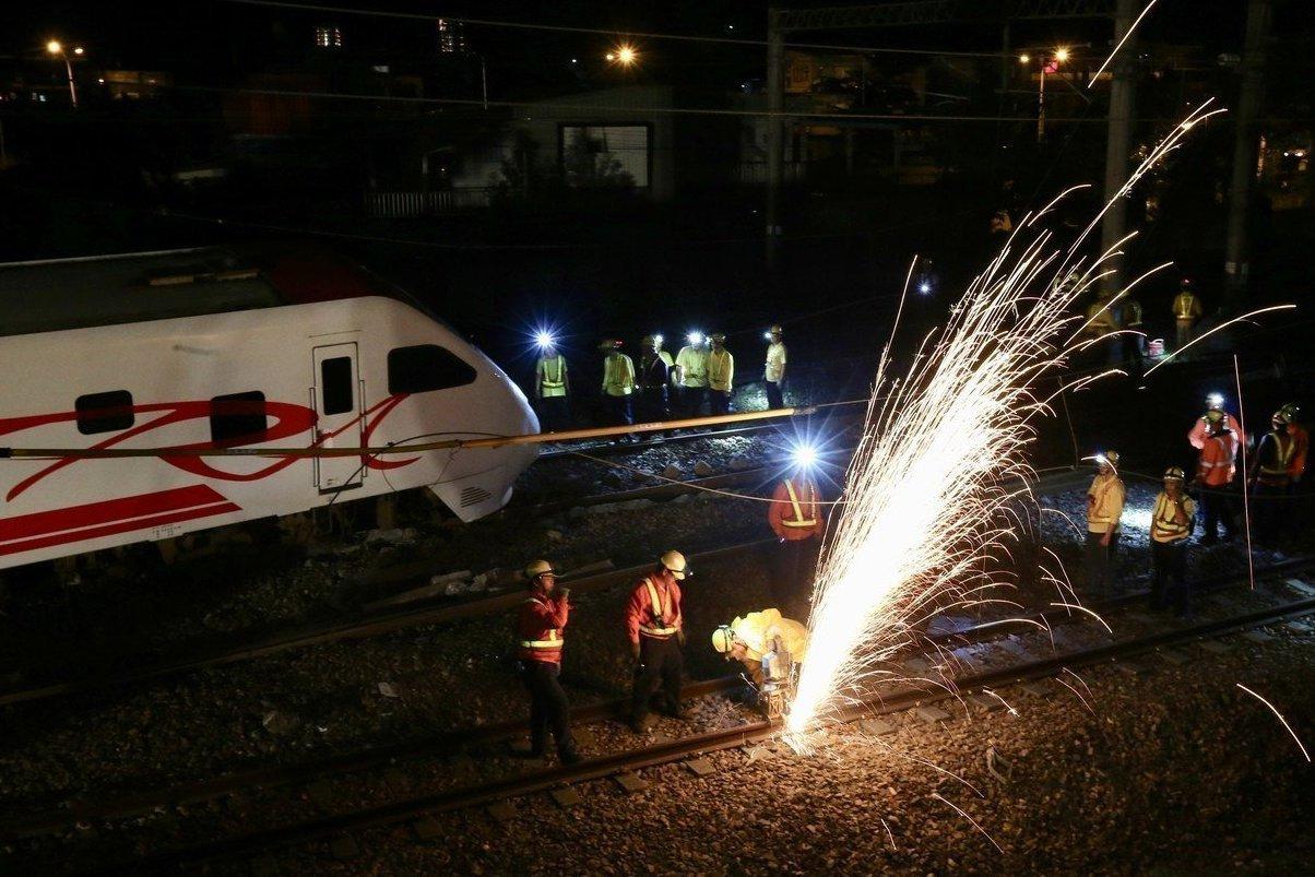 普悠瑪號翻覆意外,台鐵凌晨漏夜趕工清理。 記者許正宏/攝影