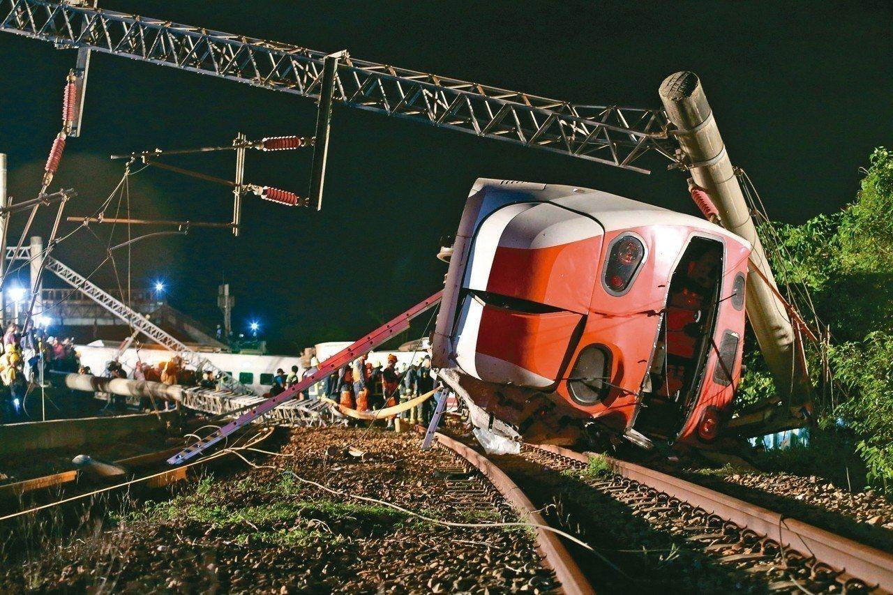 台鐵普悠瑪號翻覆,死傷慘重,救難人員趕抵搶救。 記者許正宏/攝影