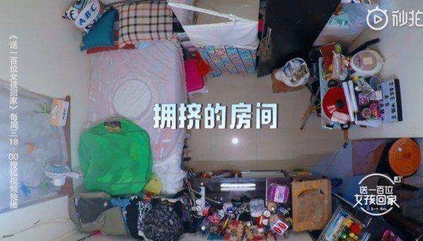 朱芊佩在香港住只有1.5坪大的「劏房」。圖/翻攝自微博