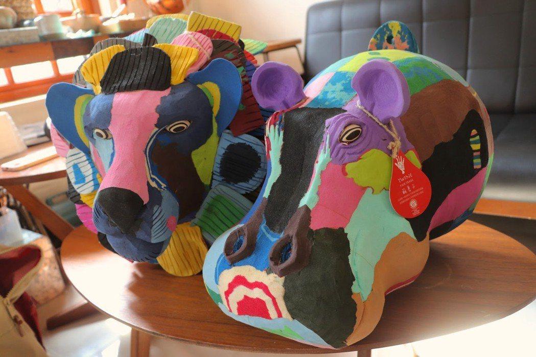 使用來自肯亞的廢棄拖鞋底製成的獅子、河馬造型藝術品,為廢棄物賦予新生命。攝影╱葉...