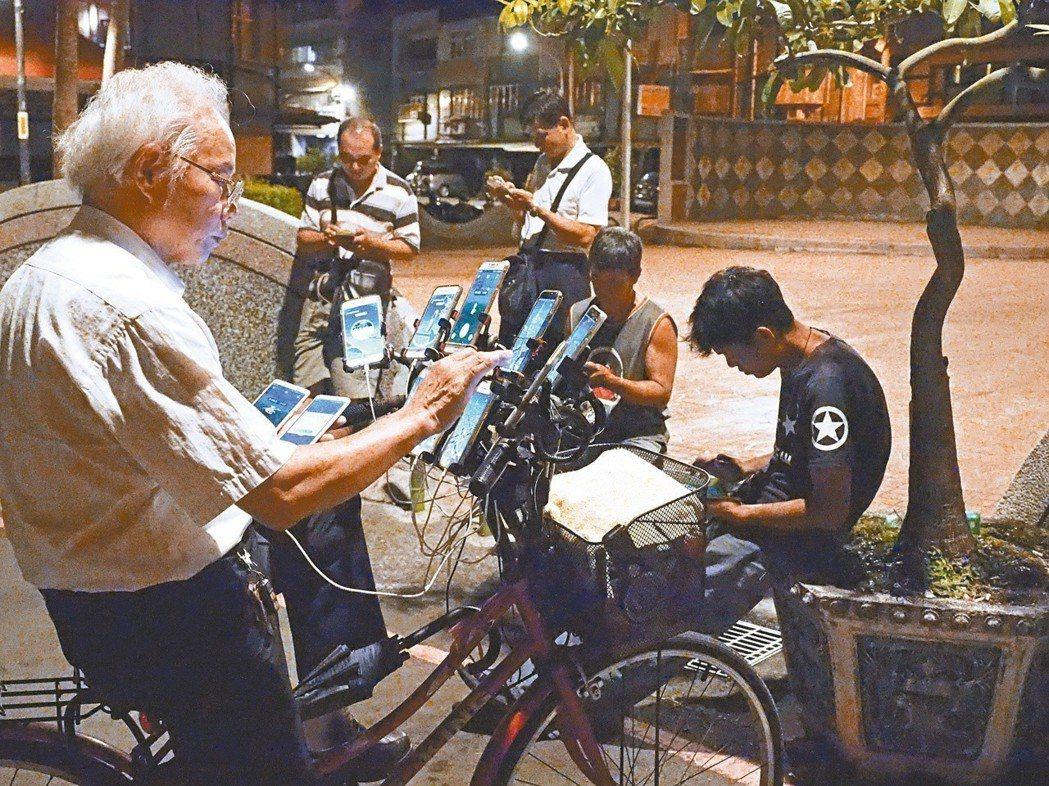 住在土城的70歲陳三元,因被拍到一次拿9支手機捉寶,照片輾轉登上北美最大論壇網站...