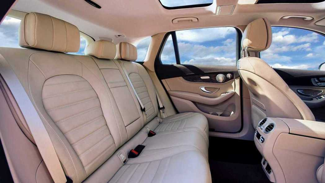 拜軸距與車高增加,後座空間相對寬許多。 摘自Mercedes