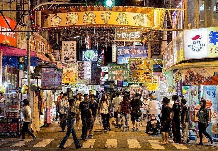 逢甲夜市觀光客多,卻不是台中在地人心中最好逛的夜市。 圖片來源/聯合報系