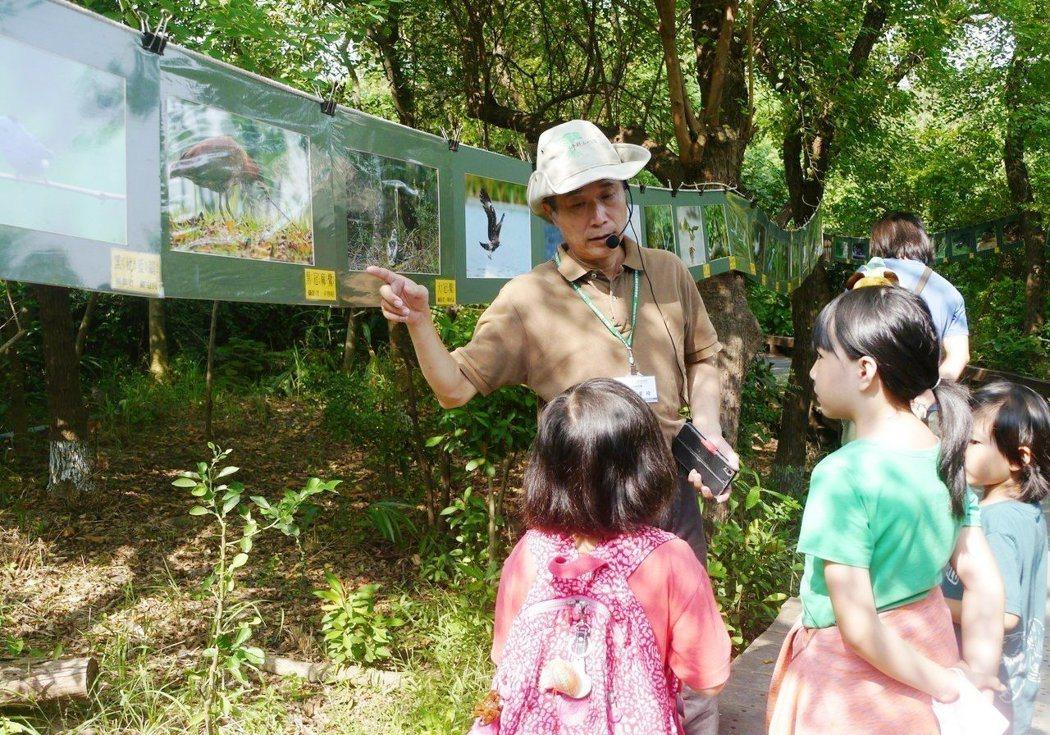 高雄市野鳥學會日前(22)在鳥松濕地舉辦環境教育活動,愛鳥人士導覽解說。 記...