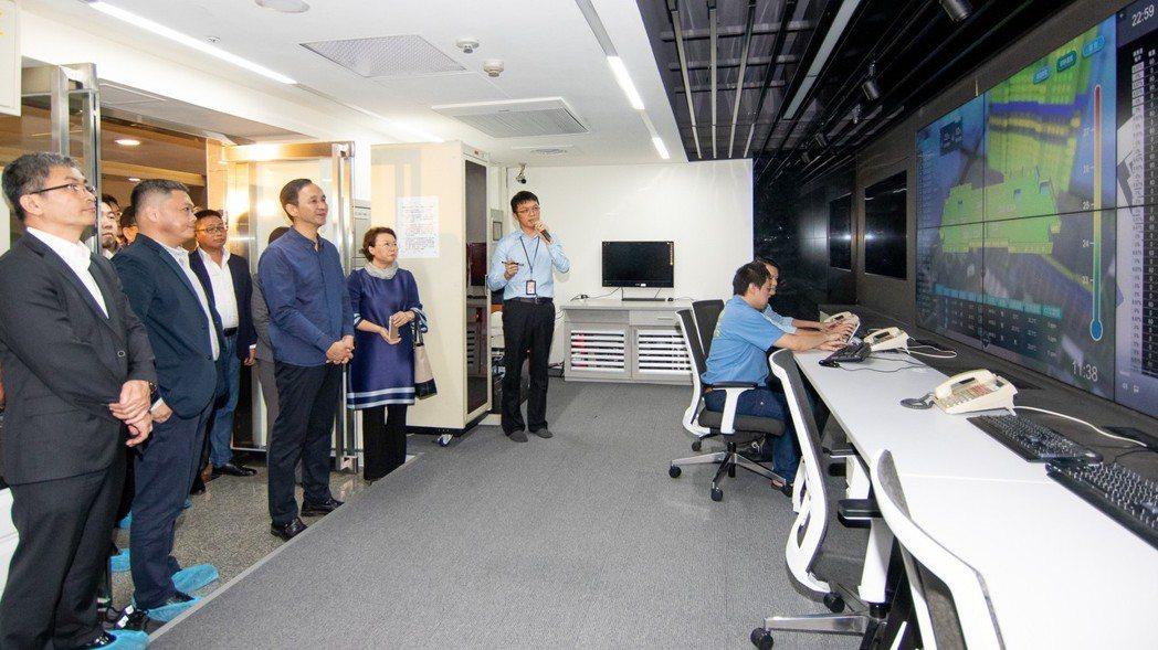 新北市市長朱立倫到場視察智慧能源管理中心啟用。新北市政府/提供