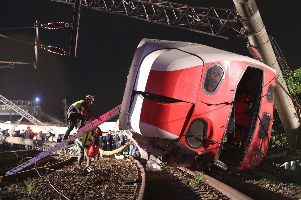一輛普悠瑪往花蓮方向,在蘇澳新馬站發生翻覆意外。 記者許正宏/攝影