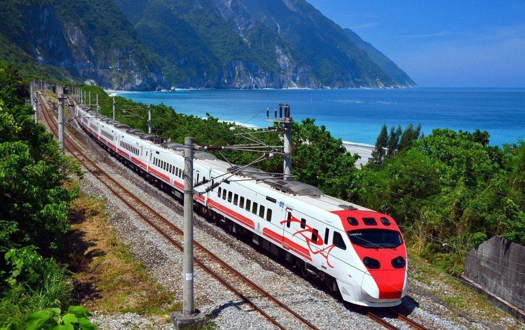 往花東的火車票常常是一票難求,不少東部人都嘆回不了家。圖為普悠瑪號行經花東路段。...