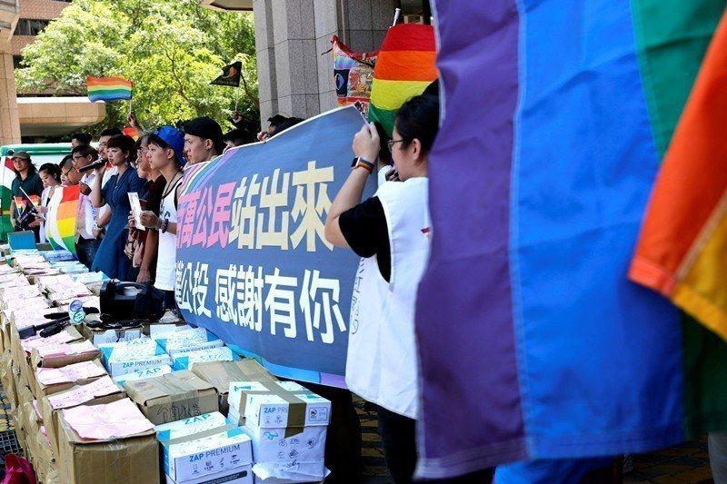 圖為9月4日,挺同團體將民眾的連署書遞交到中選會。 圖/路透社
