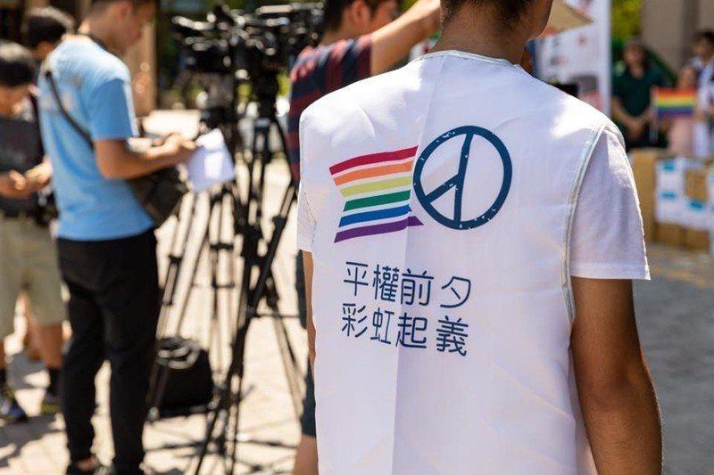 這是一場台灣過去三十年民主化後,人權基礎意識的期中考。圖為挺同團體志工。 圖/取...