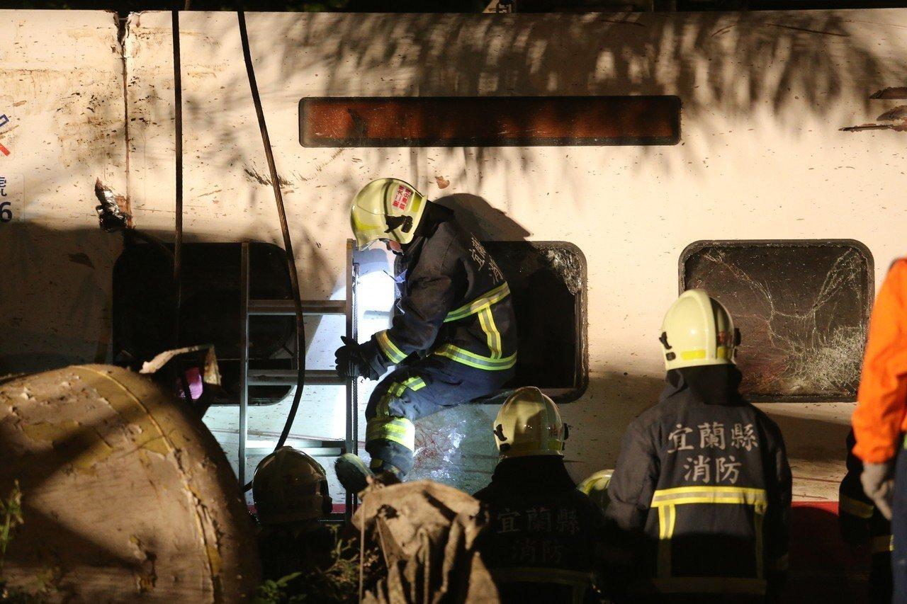 普悠瑪翻覆意外,消防員進入車廂查看。記者許正宏/攝影