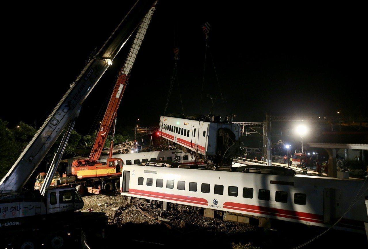 普悠瑪號翻覆意外,台鐵凌晨漏夜趕工,要在趕在上班日的清晨恢復通車。記者許正宏/攝...