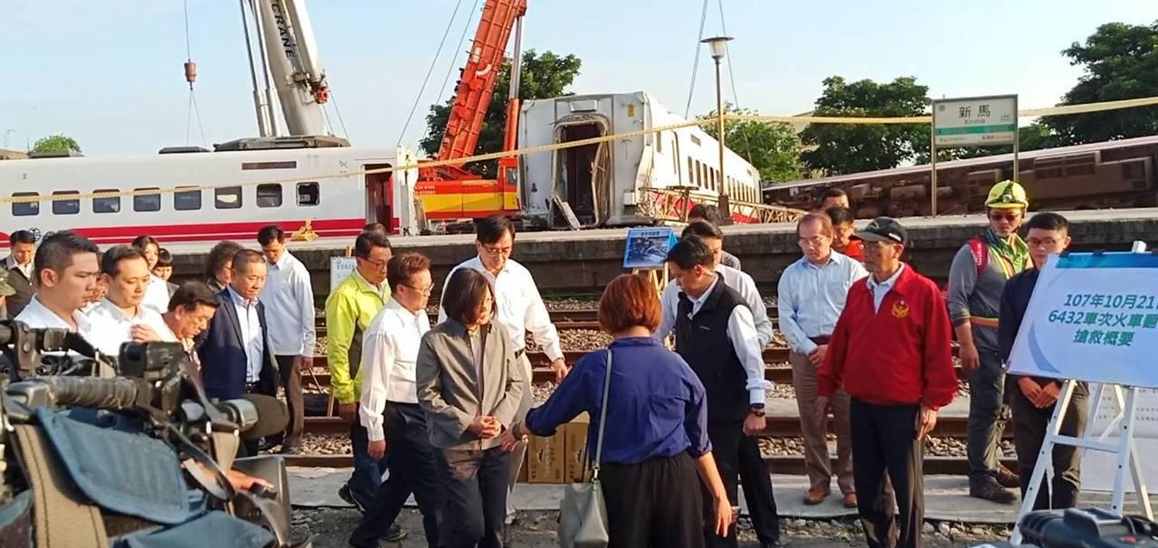 總統蔡英文在普悠瑪事發現場聽取簡報。記者廖炳棋/攝影