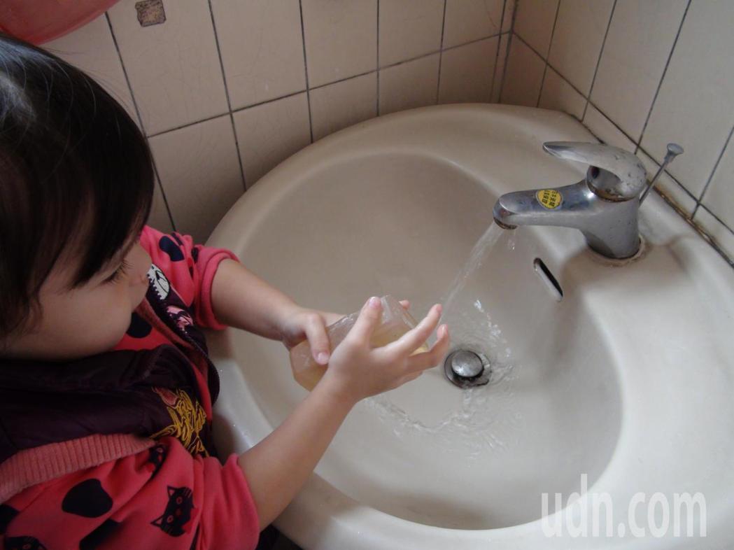 幼兒是流感高風險族群,醫師提醒家長,除了接種流感之外,一定要讓孩子養成成卻洗手習...