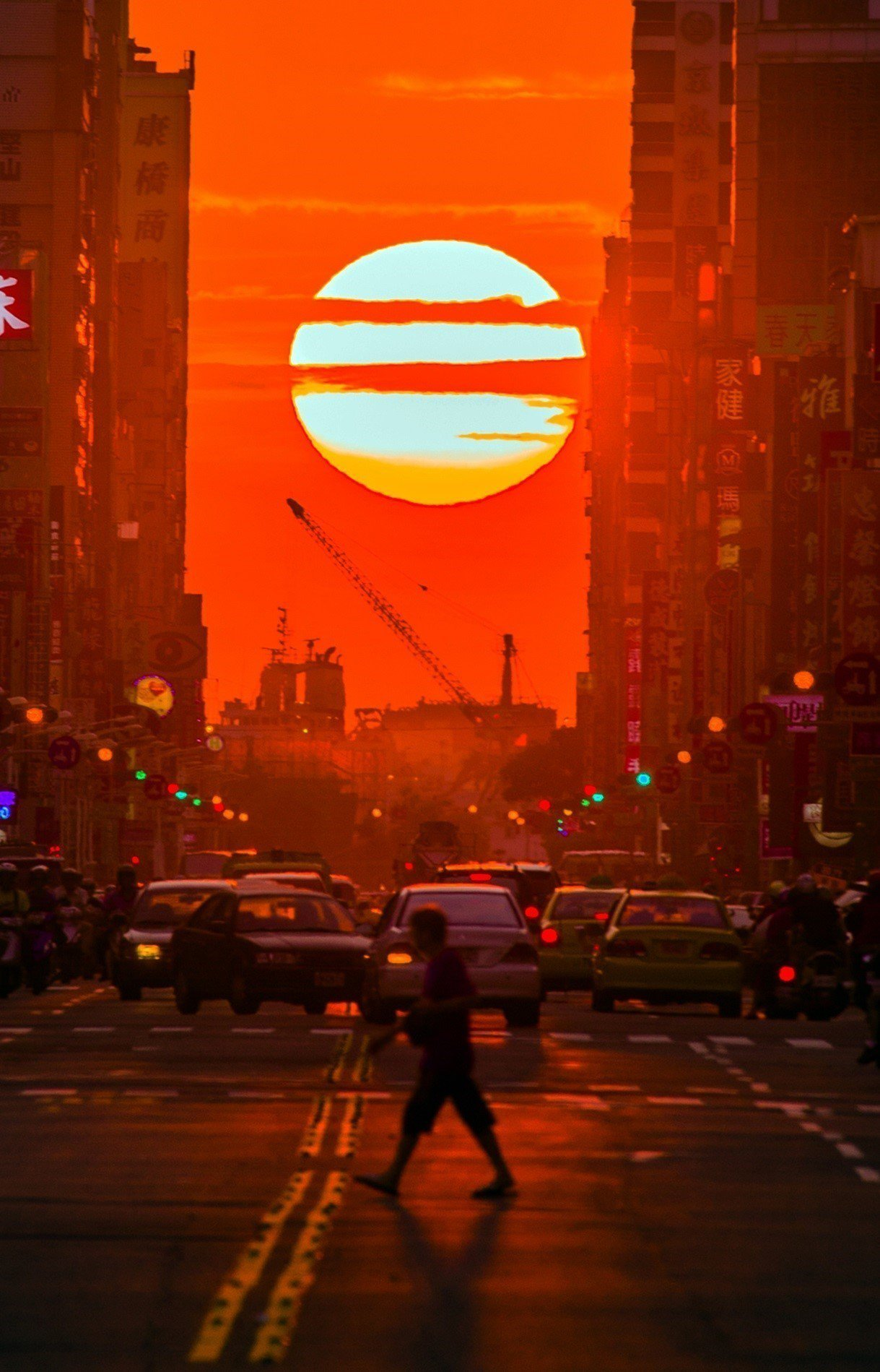 高雄懸日高雄市觀光局決定11月11日在青年路封街,讓民眾拍攝美麗的夕陽。記者謝梅...