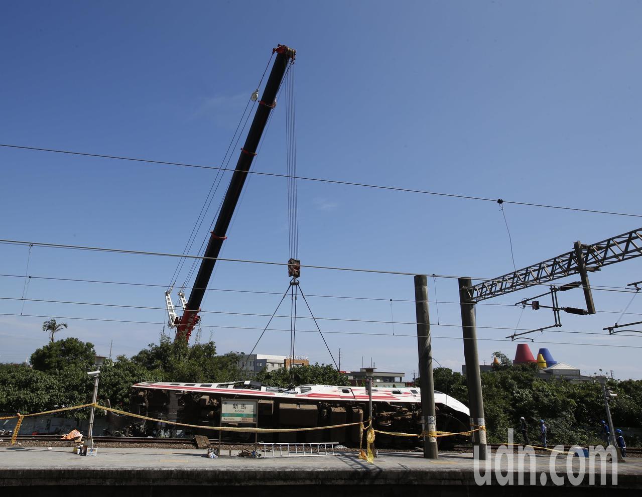 翻覆的普悠瑪列車經過一天的努力,終於在上午將車頭用吊車轉正,讓搜救人員可以進入車...