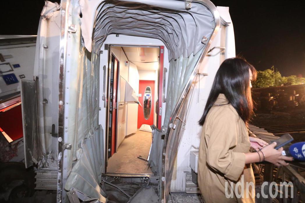台鐵普悠瑪往花蓮方向,在蘇澳新馬站發生翻覆意外,車廂散落在鐵道上導致死傷慘重。記...