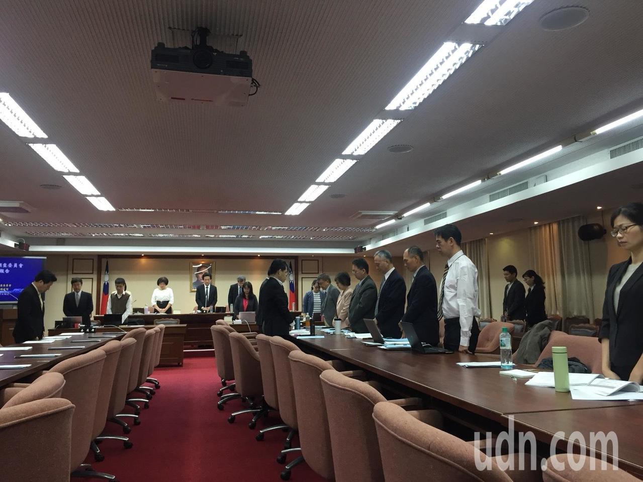 立法院交通委員會今日為台鐵普悠瑪翻覆事故默哀一分鐘。記者洪安怡/攝影