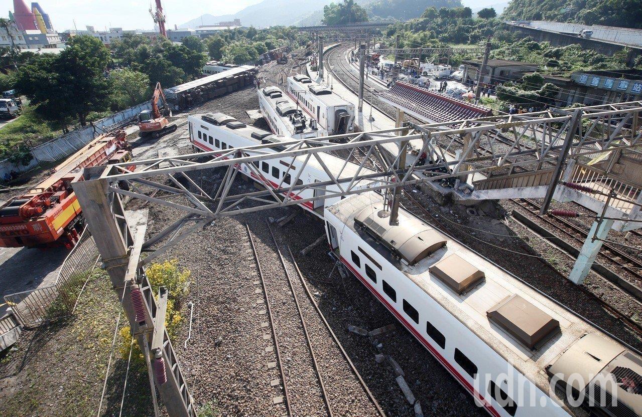台鐵普悠瑪列車昨翻覆出軌,外界關注台鐵員工、包括司機駕駛是否超時工作,台鐵初步報...