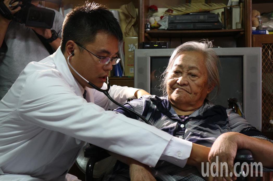 林口長庚家庭醫學科主治醫師葉維中(左),從5年前來到拉拉山協助居家醫療,他說這裡...