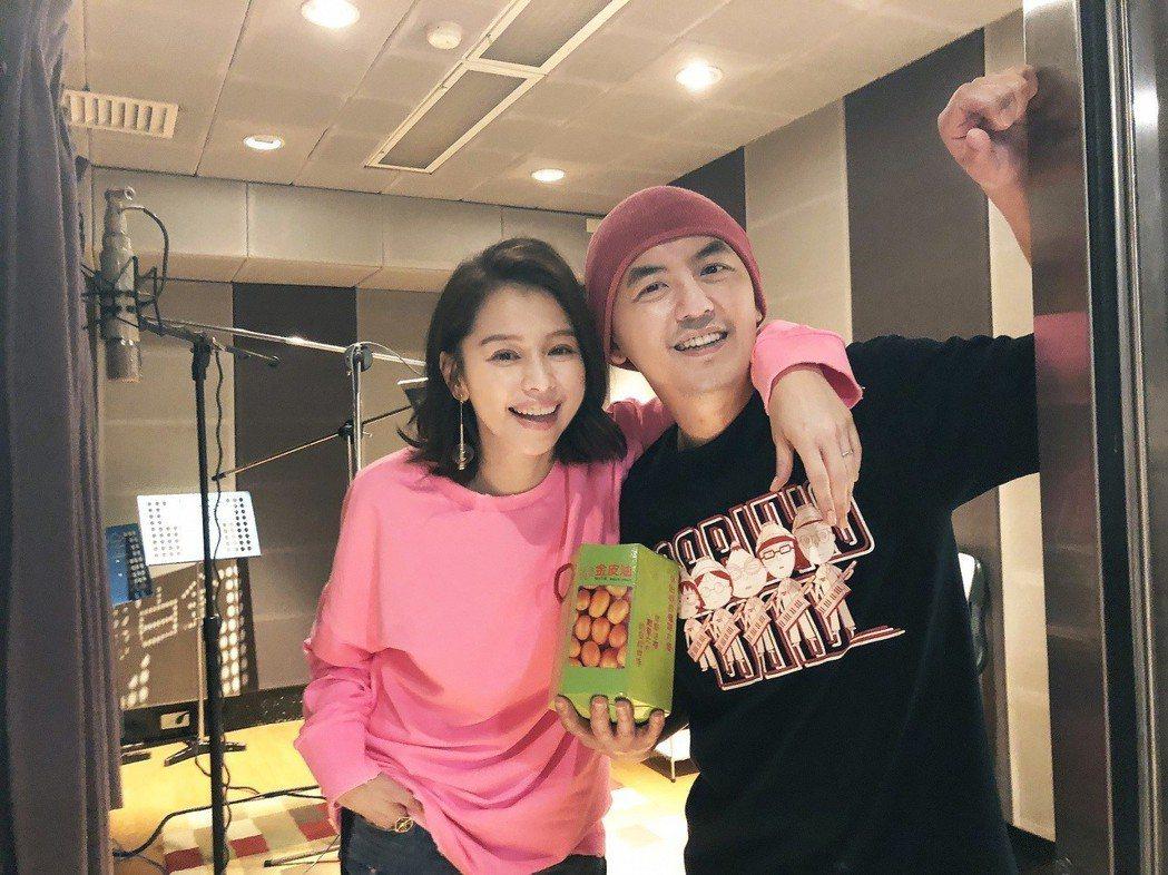 徐若瑄(左)帶禮物探班,黃子佼對歌曲保密到家。圖/大鵬經紀提供