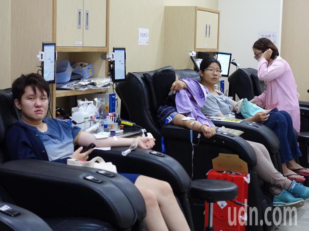 屏東捐血站湧入不少捐血民眾。記者翁禎霞/攝影