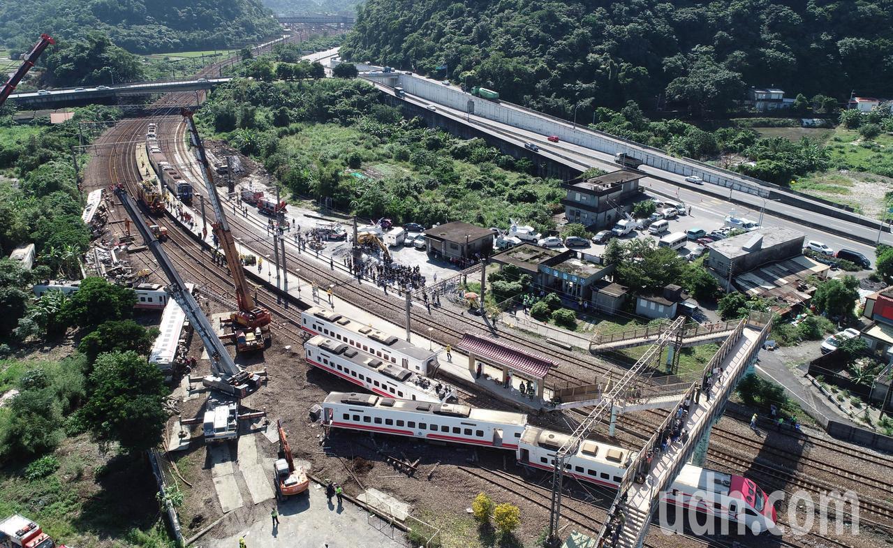 台鐵普悠瑪列車高速行駛撞擊新馬車站月台後出軌,造成18人死亡、190人受傷。記者...