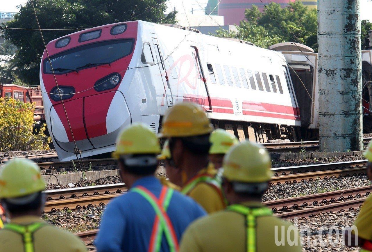 台鐵普悠瑪列車高速行駛撞擊新馬車站月台後出軌造成嚴重傷亡,圖為肇事車機車頭。 記...