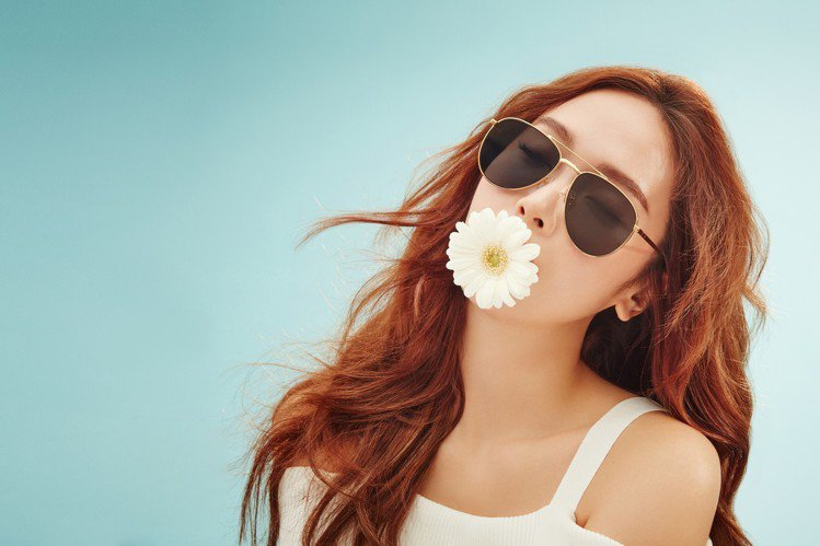Jessica身兼BLANC&ECLARE Eyewear創辦人與創意總監,也入...
