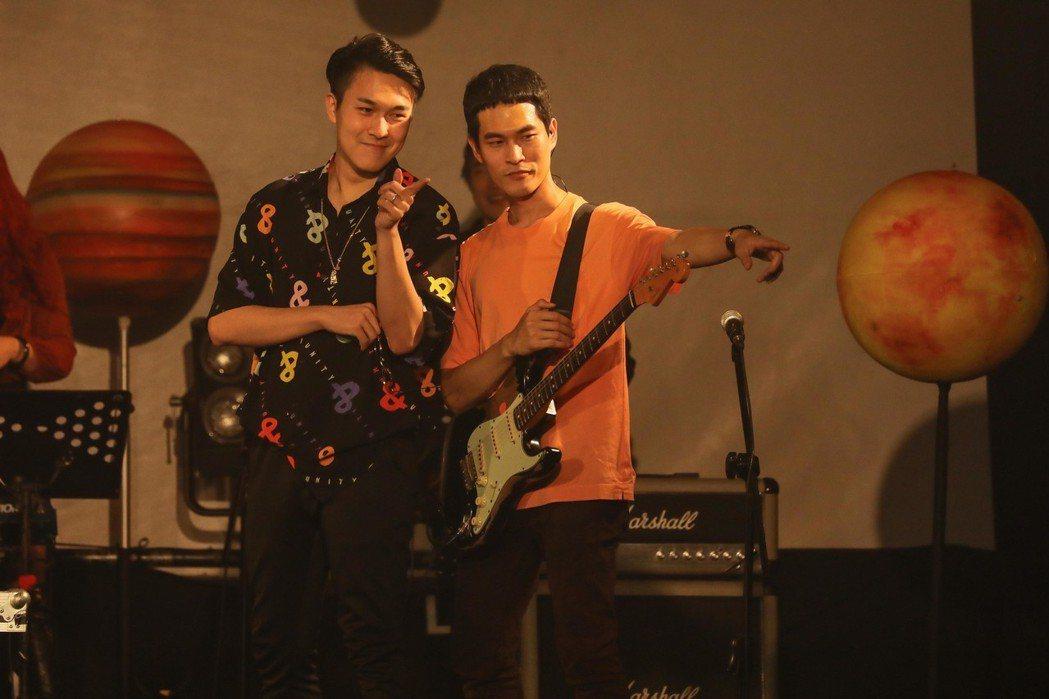 宇宙人吉他手阿奎(右)跟「SmashRegz違法」的成員SJIN長相神似。圖/相