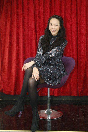 莫文蔚將於12月22日4度攻蛋,創下香港女歌手在台北小巨蛋開唱次數最多紀錄,她日前上17直播與中天合作的「17金麥克」擔任出題大來賓,她開唱前用心護嗓,竟用比手畫腳的方式讓大家猜題,而為迎接莫文蔚,...