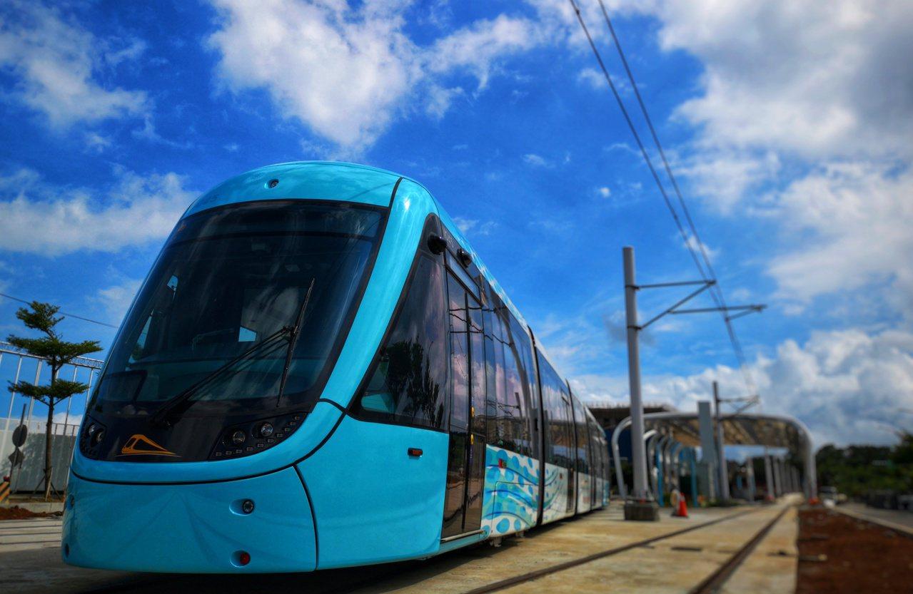 三環三線淡海輕軌今年底即將完工,目前進行列車運行測試。圖/新北市捷運局提供