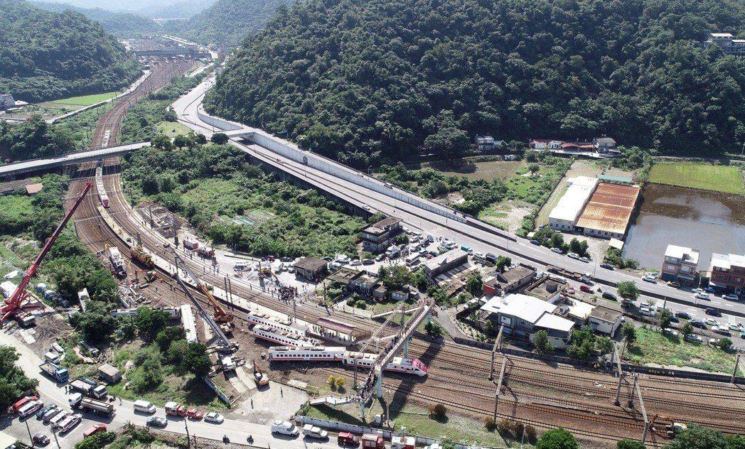 台鐵普悠瑪列車高速行駛撞擊新馬車站月台後出軌,造成18人死亡、187人受傷。圖為...