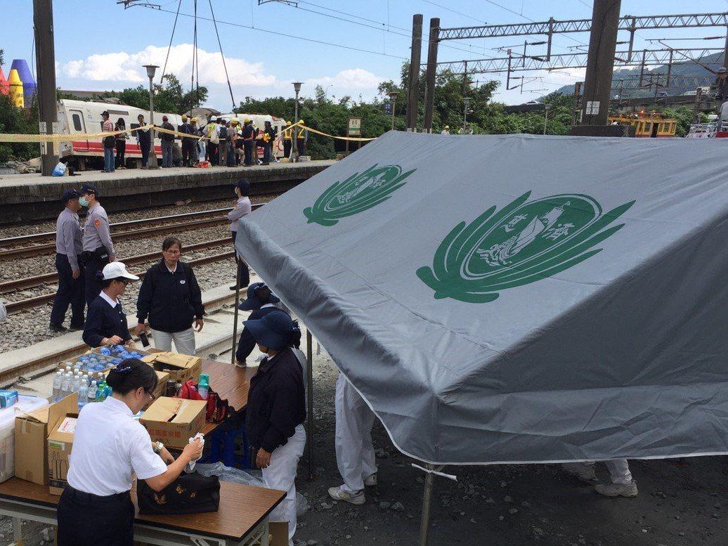 普悠瑪列車翻覆造成多人死傷,至今慈濟已發動6縣市、650人次志工投入協助。宜蘭慈...