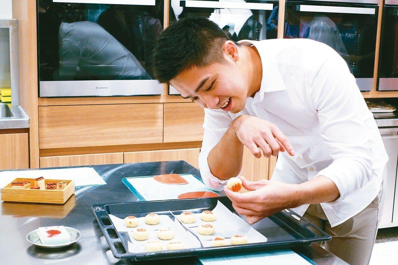 參加舊振南手作漢餅體驗活動,可親自揉捏綠豆椪、替餅蓋章。 記者沈佩臻/攝影