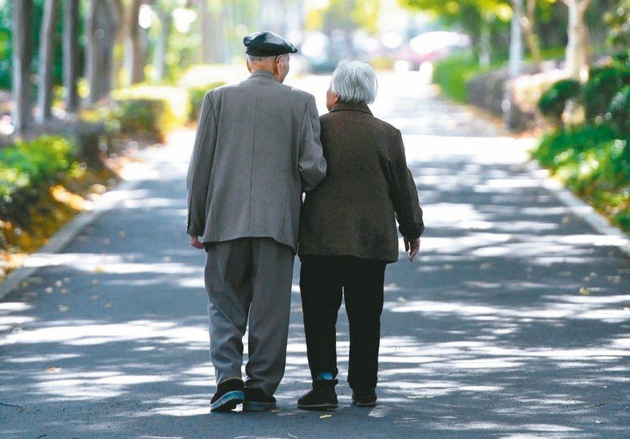 當夫妻一方過世,生存配偶可主張「配偶剩餘財產差額分配請求權」,可節省遺產稅。 圖...