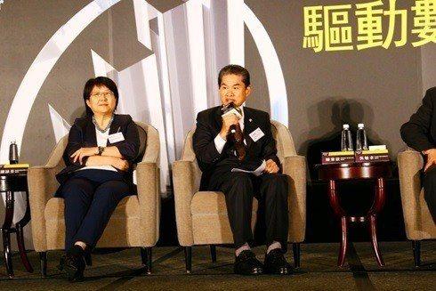 東遠精技董事長陳東欽(右)榮獲2018《安永企業家獎》。 東遠/提供
