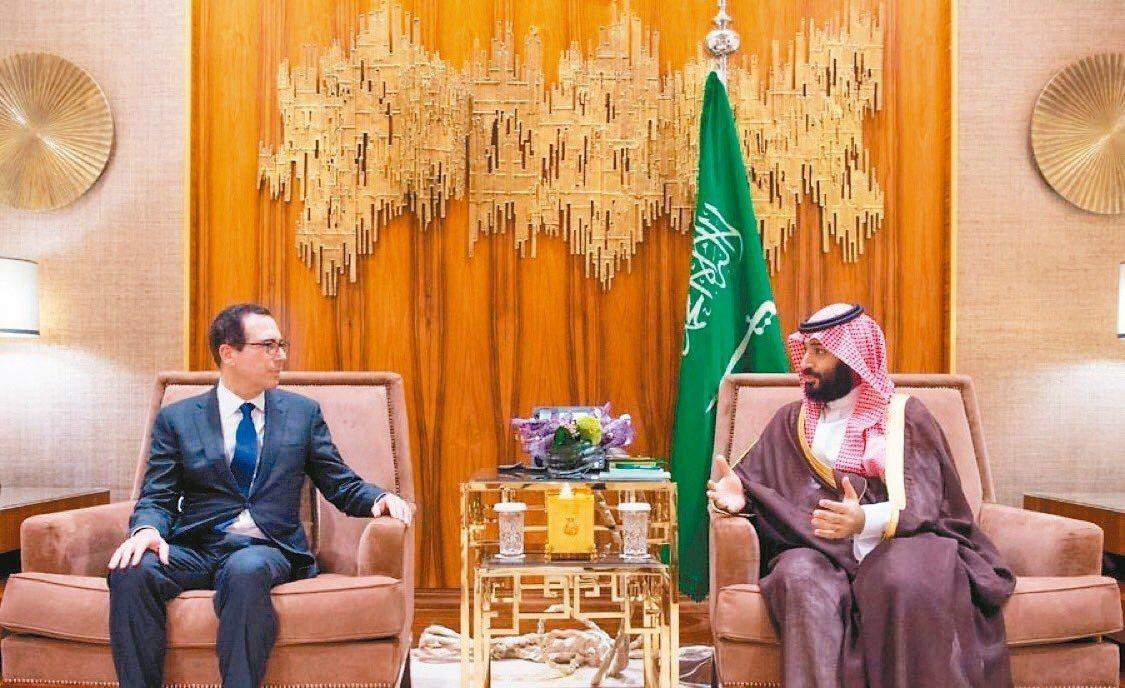 美國財政部長米努勤(左)22日在沙烏地阿拉伯會晤沙烏地王儲穆罕默德(右)。 圖/...