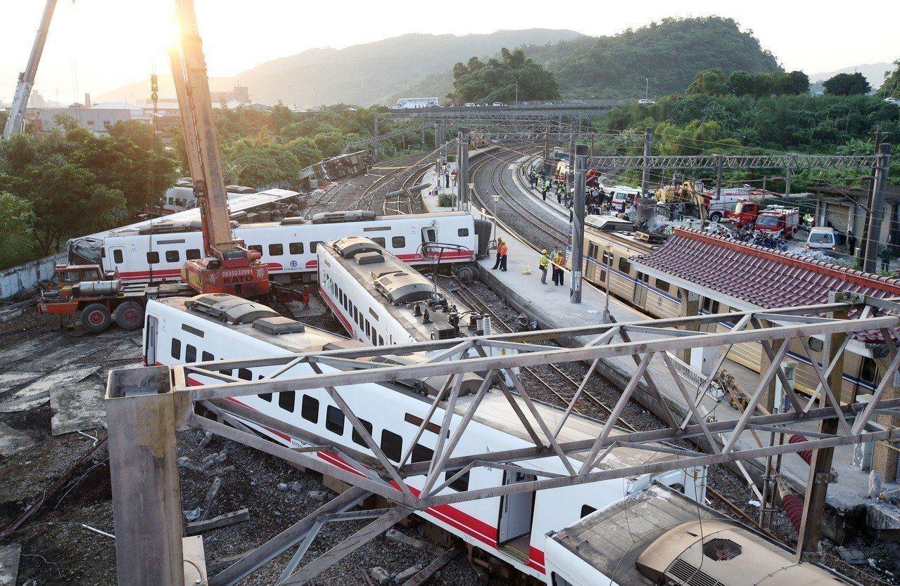 台鐵普悠瑪列車高速行駛撞擊新馬車站月台後出軌造成嚴重傷亡。 圖/聯合報系資料照片