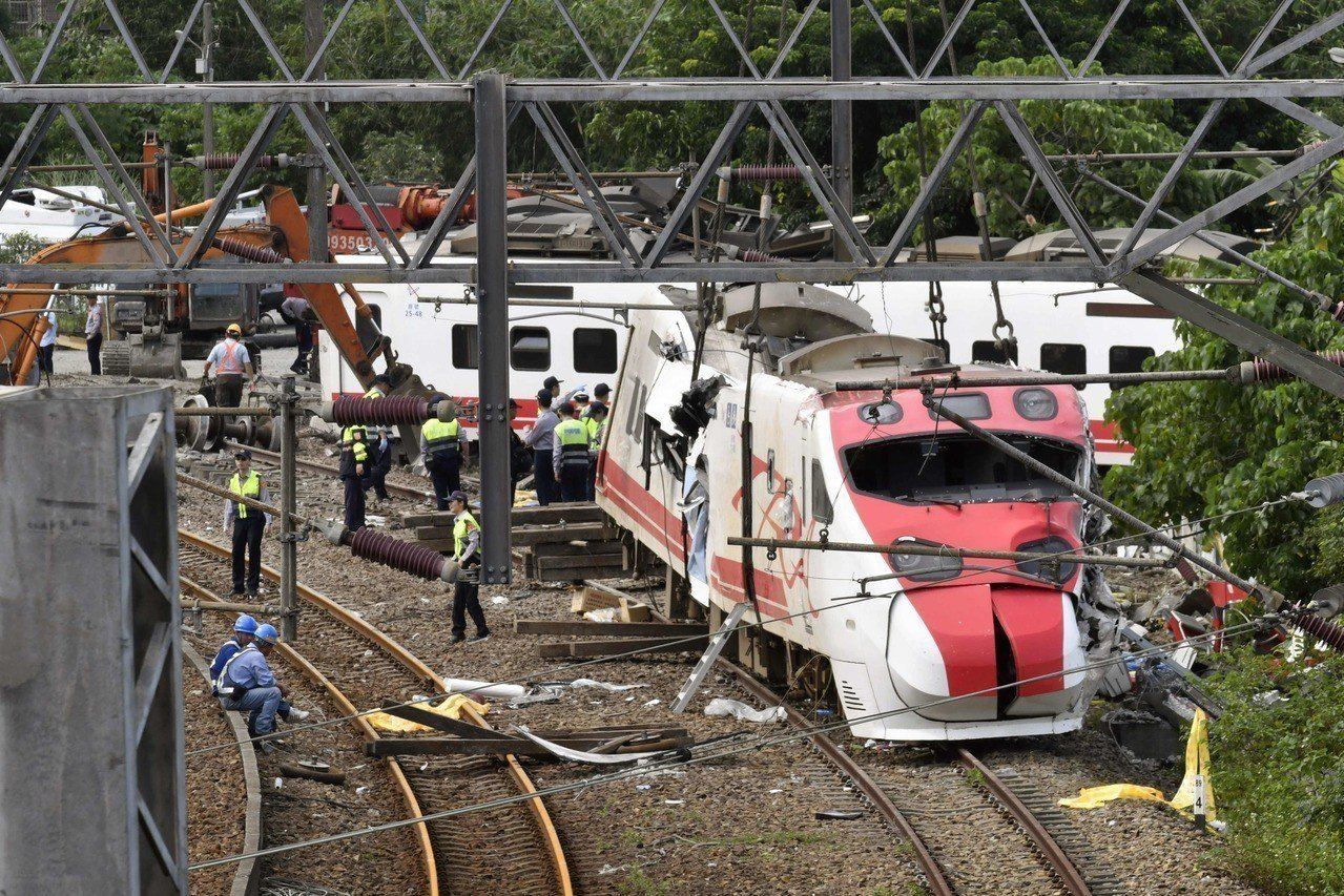 針對普悠瑪號日前發生脫軌翻車事故,行政院長賴清德表示,事故搜救工作已經告一段落,...
