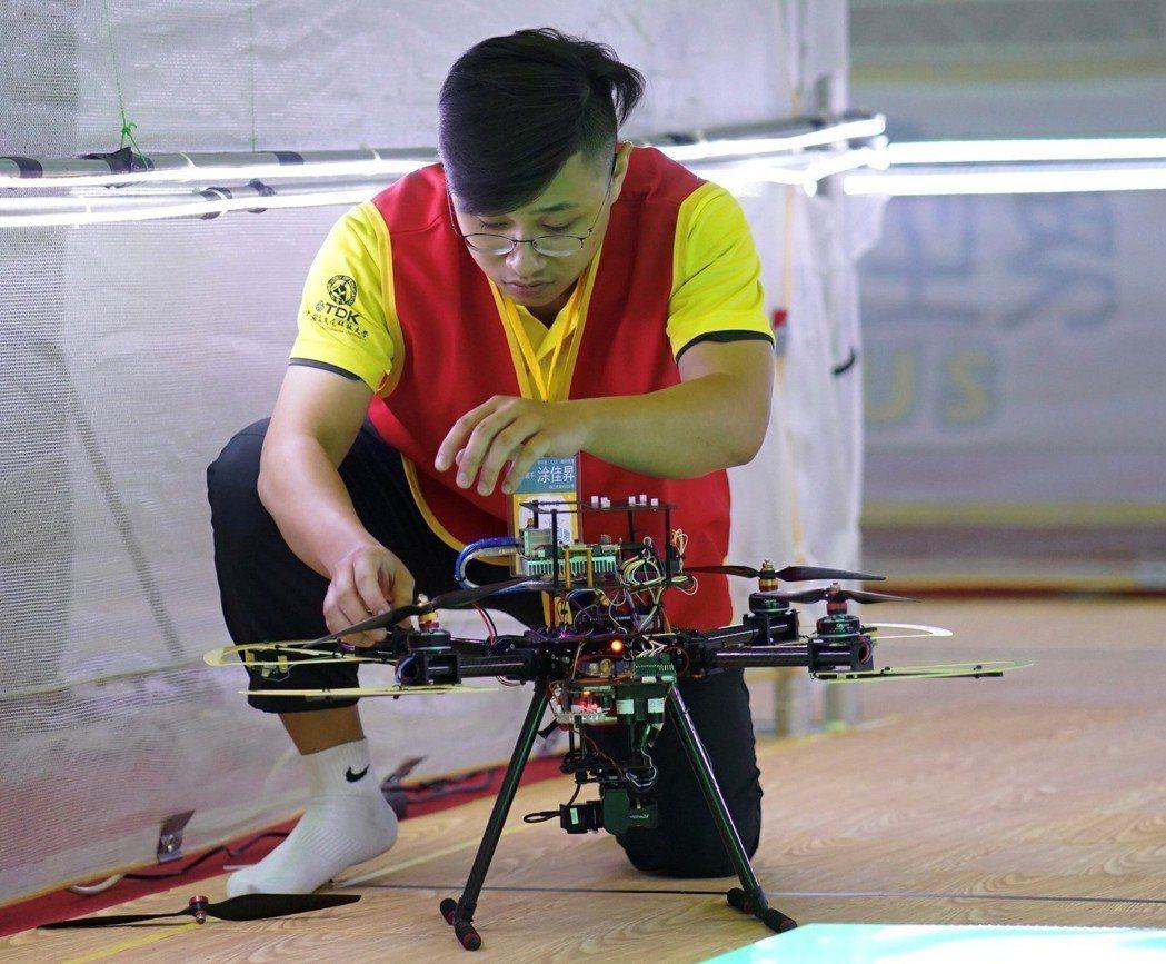 飛行組競賽選手正在微調智慧型飛行機器人。 虎尾科大/提供