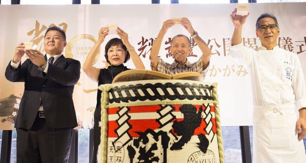 嵩豐建設副總經理李昆洲(左起)、總經理李淵夫婦及連續10年榮獲米其林一星榮耀的主...
