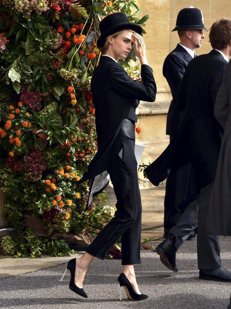 卡拉迪樂芬妮打破禮俗,穿著燕尾服出席英國皇室公主的婚禮。圖/美聯社
