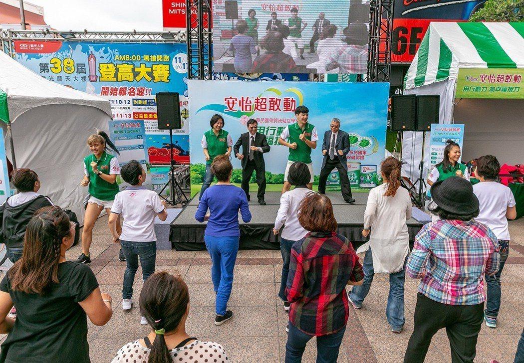 「世界骨鬆日」當天,中華民國骨質疏鬆症學會結合乳品業者推出「超敢動」活動,邀請民...